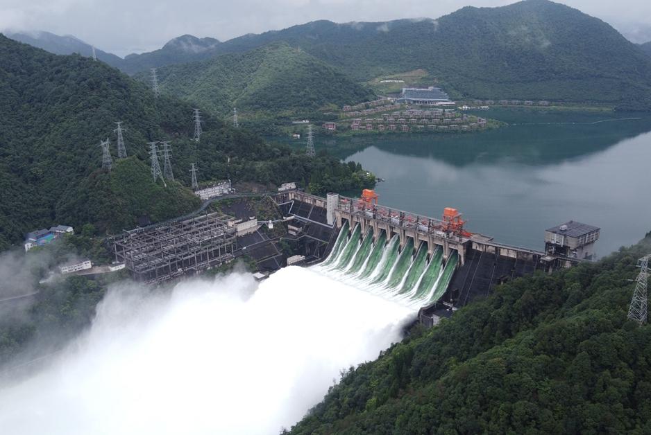 航拍:新安江水庫9孔泄洪下的建德主城區