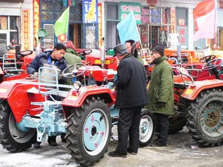 海伦农用四轮拖拉机销售淡季不淡(图)